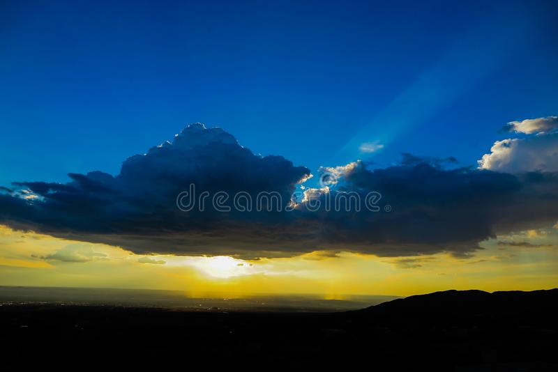 Coucher du soleil glorieux bleu et jaune photos stock