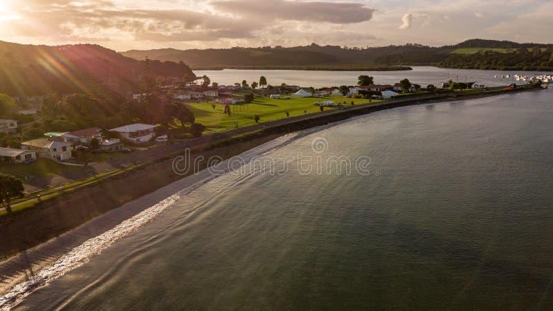 Coucher du soleil glorieux chez Paihia, vue aérienne photos stock