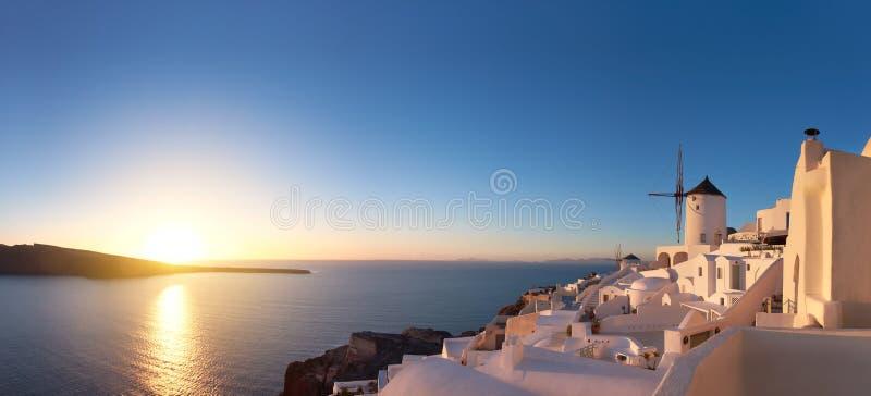 Coucher du soleil glorieux dans le village d'Oia sur l'île de Santorini, Grèce image stock