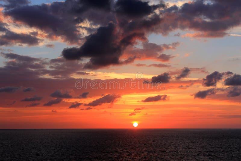 Coucher du soleil glorieux en mer image libre de droits