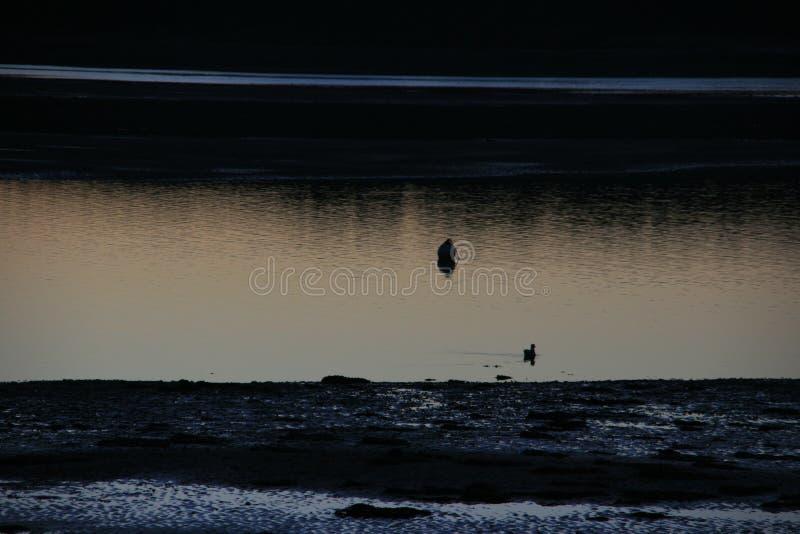 Coucher du soleil glorieux mais gelant au-dessus d'une baie côtière écossaise de village photo stock