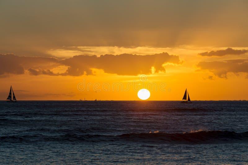 Coucher du soleil hawaïen coloré au-dessus de l'océan pacifique photos libres de droits