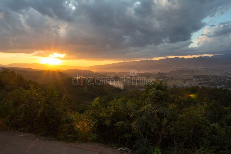 Coucher du soleil Hsipaw photo stock
