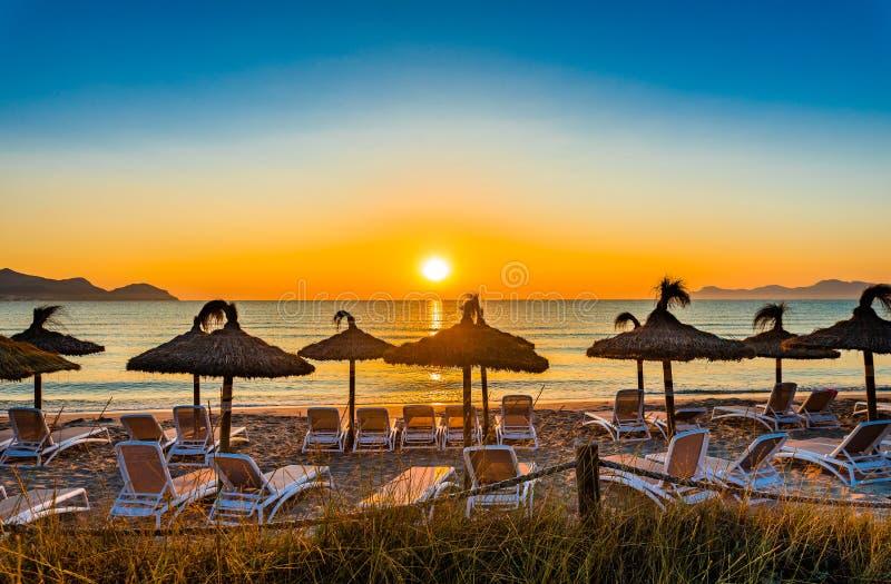 Coucher du soleil idyllique à la plage avec le beau soleil orange au ciel images stock
