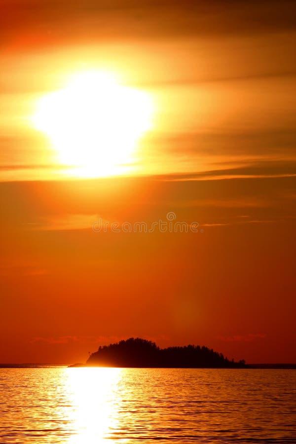 Coucher du soleil idyllique chez le lac Supérieur/la baie/Canada d'Agawa photographie stock libre de droits