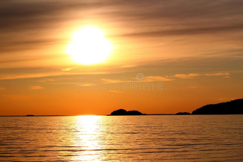 Coucher du soleil idyllique chez le lac Supérieur/la baie/Canada d'Agawa photographie stock