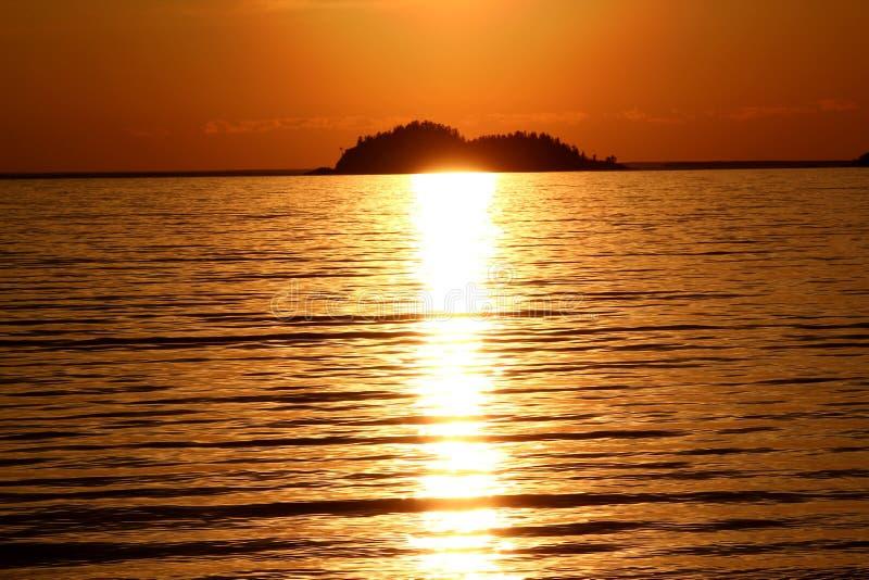 Coucher du soleil idyllique chez le lac Supérieur/la baie/Canada d'Agawa photos stock