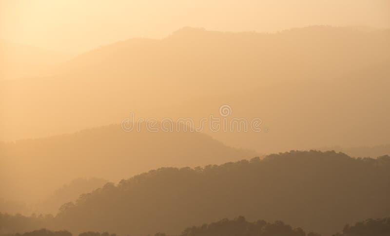 Coucher du soleil idyllique dramatique avec des couleurs oranges photos libres de droits