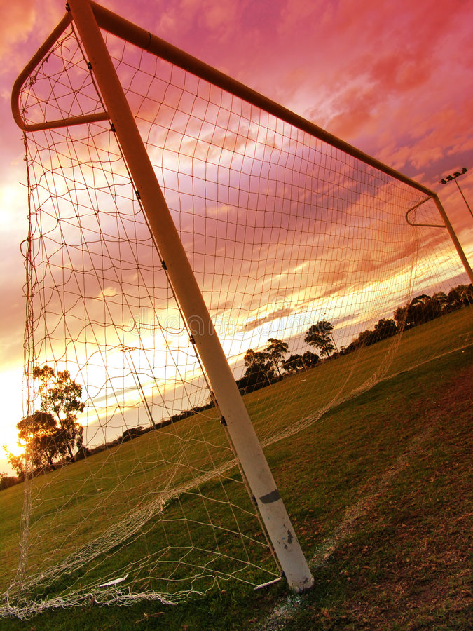 Coucher du soleil II du football photographie stock libre de droits