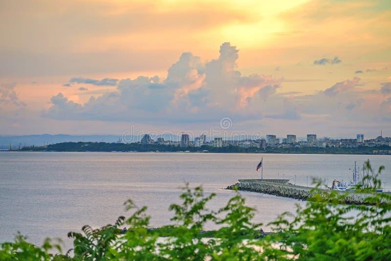 Coucher du soleil incroyable au-dessus d'une ville de mer en Bulgarie photographie stock