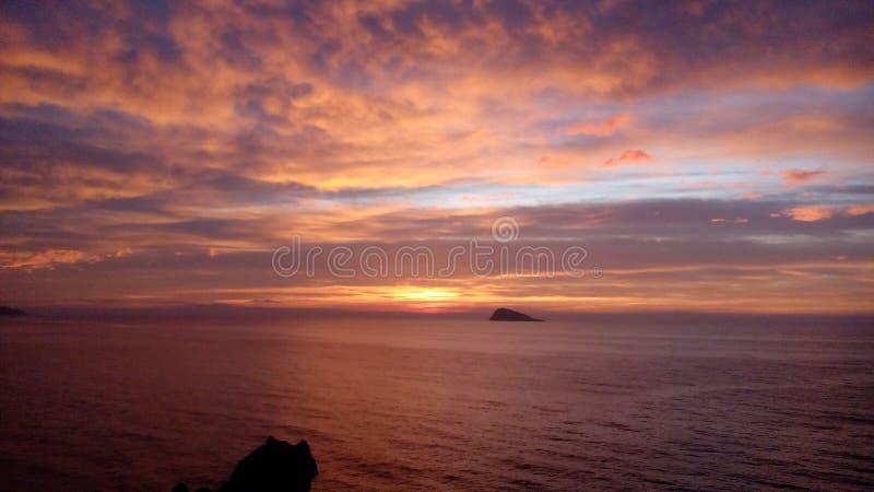 Coucher du soleil incroyable au-dessus de mer photos stock