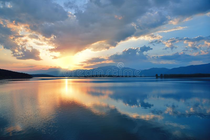 Coucher du soleil incroyablement beau Sun, lac Coucher du soleil ou paysage de lever de soleil, panorama de belle nature Ciel stu
