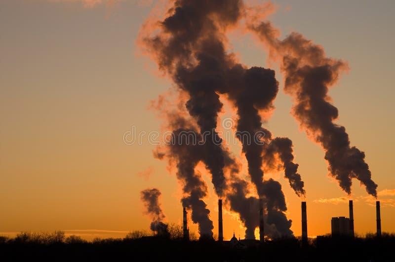 Coucher du soleil industriel images libres de droits