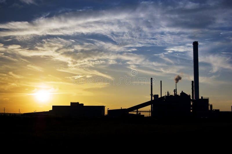 Coucher du soleil industriel image stock