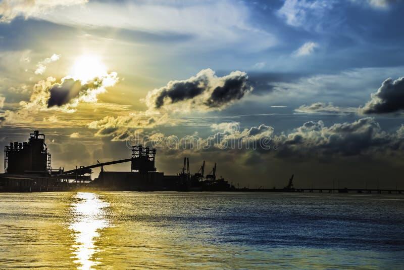 Coucher du soleil industriel de l'eau photographie stock libre de droits