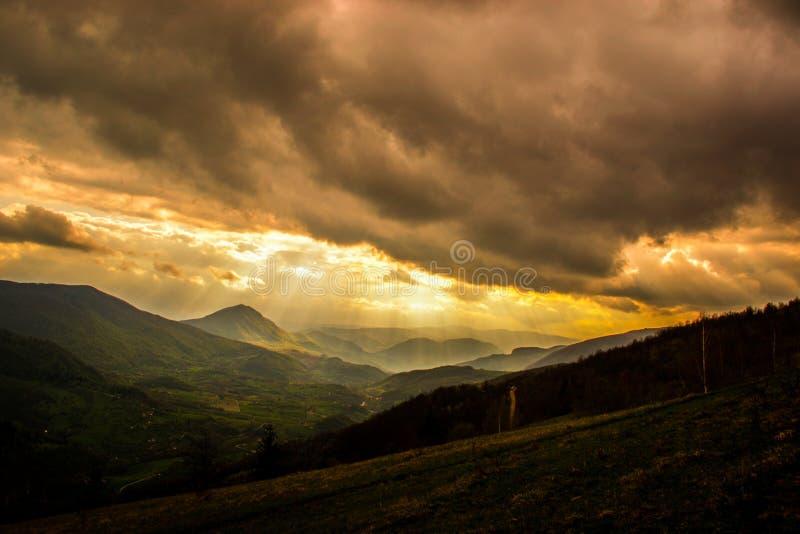 Coucher du soleil int?ressant m?me Vue des paysages de ressort, de lumi?re du soleil et des nuages fonc?s ci-dessus image libre de droits