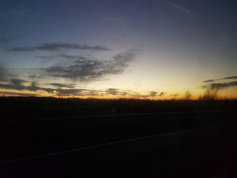 Coucher du soleil jaune de ciel photos stock