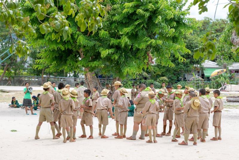 Coucher du soleil Jule 2018 Scout et fille scout de garçon thaïlandais dans des activités de camp en tant qu'élément de l'étude image stock