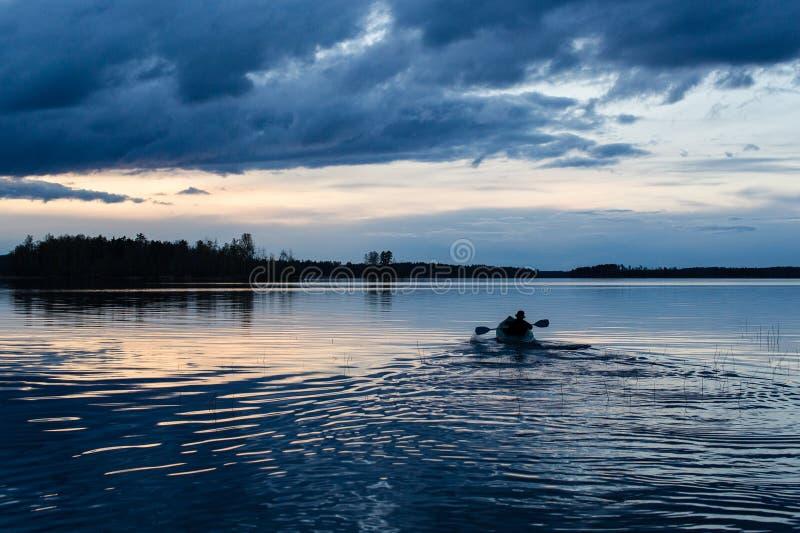 Coucher du soleil kayaking au lac image libre de droits