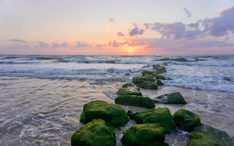 Coucher du soleil ? la plage en Isra?l photo libre de droits
