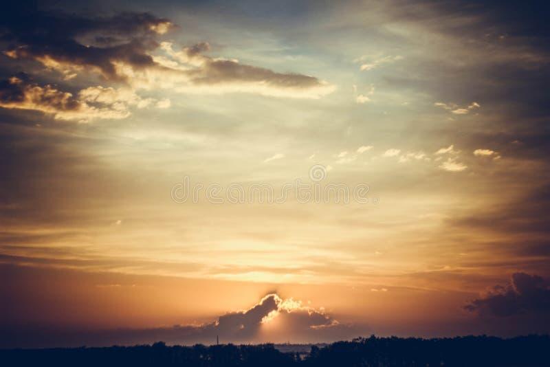 Coucher du soleil Le ciel allumé par une lueur photographie stock