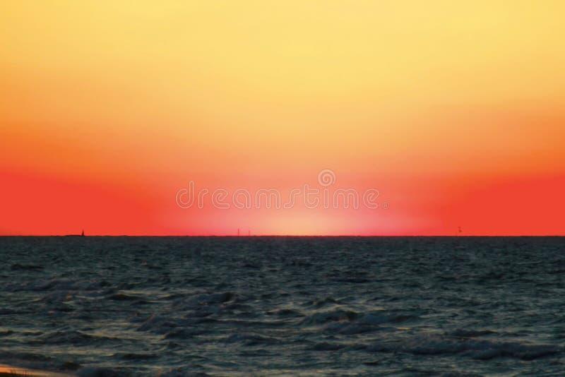 Coucher du soleil le long de belle plage du lac Michigan avec la vue de l'horizon de Chicago à l'arrière-plan lointain image stock