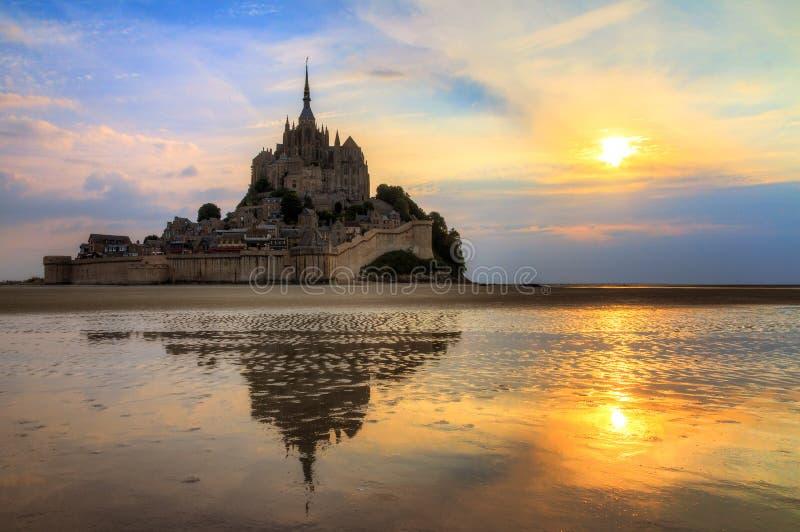 Coucher du soleil le Mont Saint-Michel de miroir d'été images libres de droits
