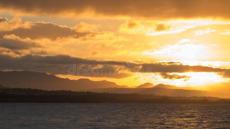 Coucher du soleil lumineux au-dessus d'une partie naturelle de l'île de la République Dominicaine  photos libres de droits