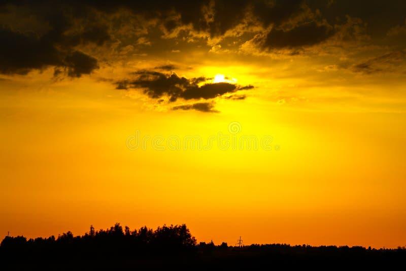 Coucher du soleil lumineux au-dessus de la rivière image stock