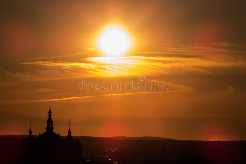 Coucher du soleil lumineux au-dessus de la silhouette de Québec photos libres de droits