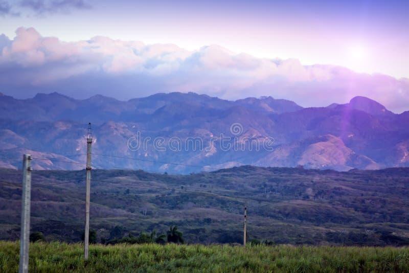 Coucher du soleil lumineux au-dessus du terrain montagneux cuba images stock