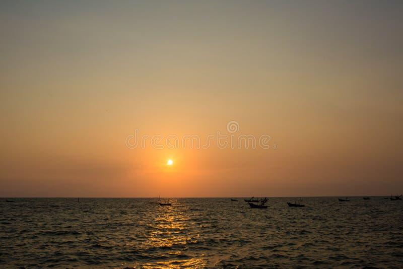 Coucher du soleil lumineux avec le grand soleil jaune sous la surface de mer Lever de soleil en mer Beau coucher du soleil au-des photo stock