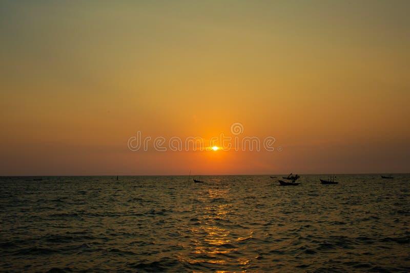 Coucher du soleil lumineux avec le grand soleil jaune sous la surface de mer Lever de soleil en mer Beau coucher du soleil au-des photos libres de droits