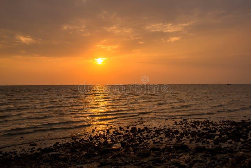 Coucher du soleil lumineux avec le grand soleil jaune sous la surface de mer Lever de soleil en mer Beau coucher du soleil au-des image stock