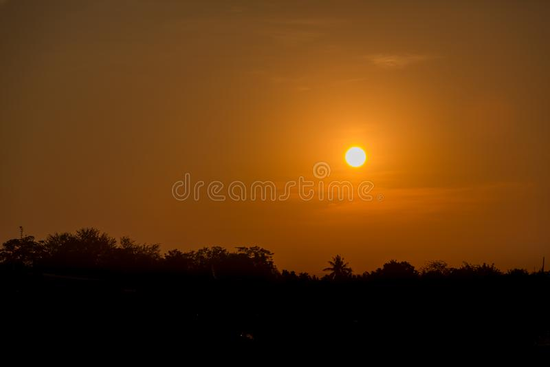 Coucher du soleil lumineux avec le grand soleil jaune sous la surface de mer Lever de soleil en mer Beau coucher du soleil au-des photos stock