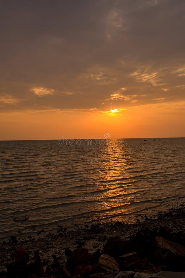 Coucher du soleil lumineux avec le grand soleil jaune sous la surface de mer Lever de soleil en mer Beau coucher du soleil au-des images stock