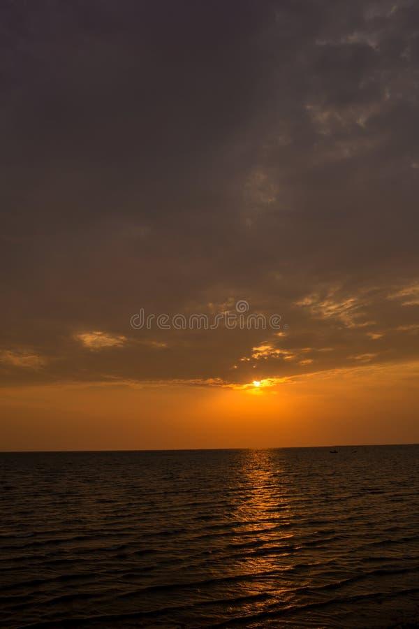 Coucher du soleil lumineux avec le grand soleil jaune sous la surface de mer Lever de soleil en mer Beau coucher du soleil au-des images libres de droits