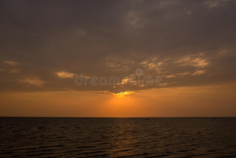 Coucher du soleil lumineux avec le grand soleil jaune sous la surface de mer Lever de soleil en mer Beau coucher du soleil au-des photographie stock