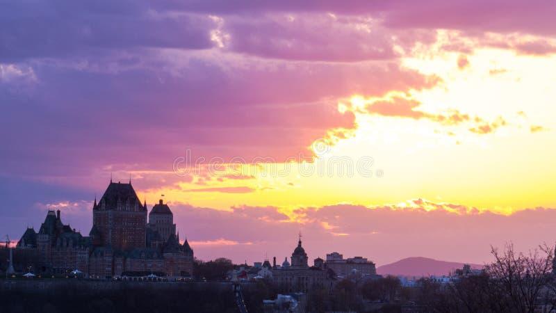 Coucher du soleil lumineux derrière Québec photo stock