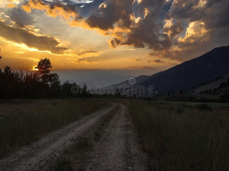 Coucher du soleil lumineux des montagnes images stock