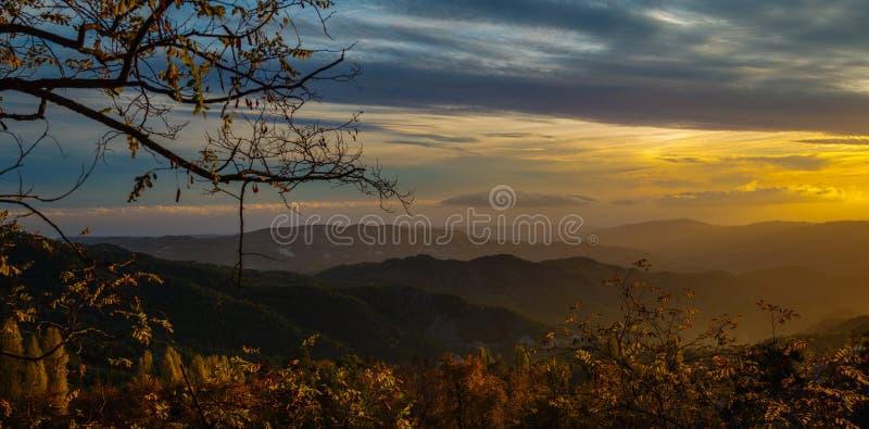 Coucher du soleil lumineux en montagnes de Troodos photos libres de droits