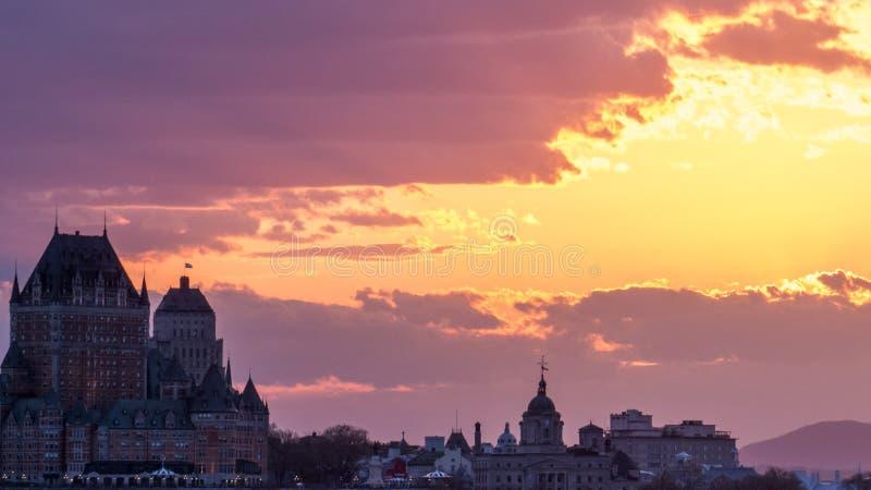 Coucher du soleil lumineux et chaud au-dessus de Québec images libres de droits