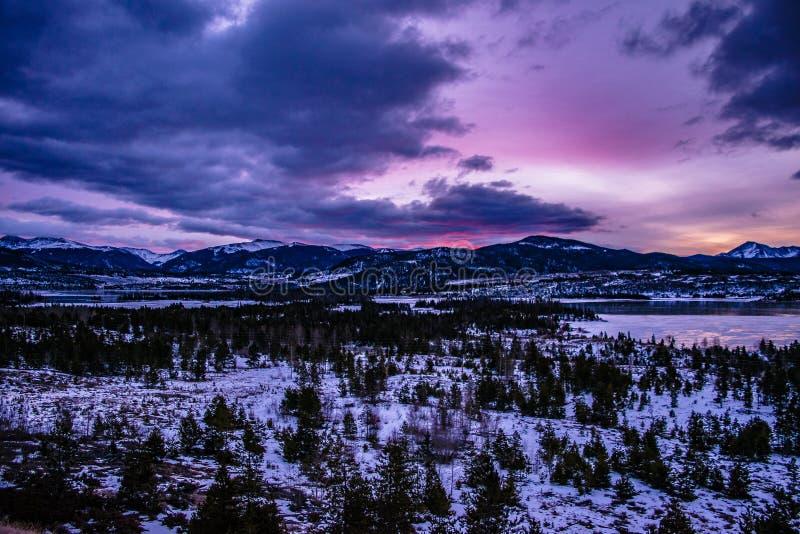 Coucher du soleil lumineux la nuit à Breckenridge, le Colorado photo libre de droits