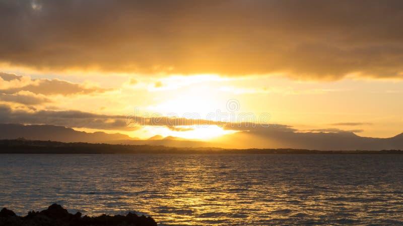 Coucher du soleil lumineux même des tropiques photographie stock