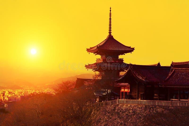 Coucher du soleil magique au-dessus de temple de Kiyomizu-dera photo stock