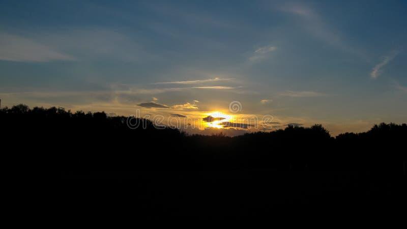 Coucher du soleil magique Beaux nuages foncés au coucher du soleil après un orage Ciel dramatique et mystérieux photo libre de droits