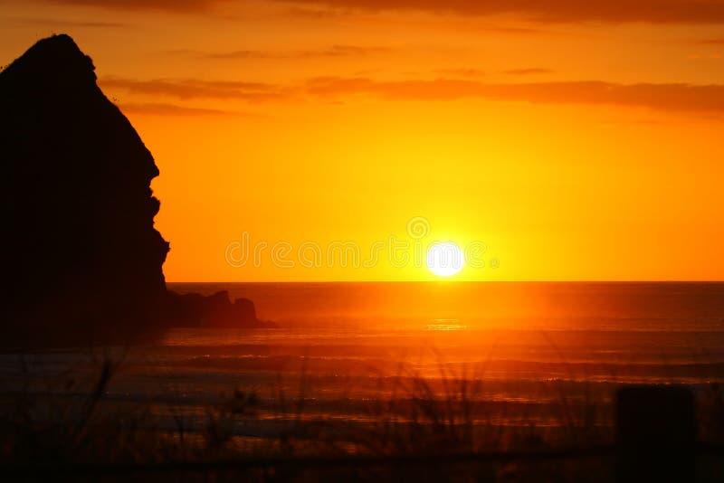 Coucher du soleil magnifique à la plage de Piha images libres de droits