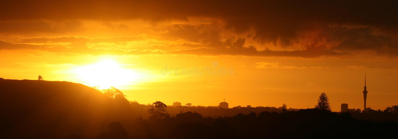Coucher du soleil magnifique au-dessus d'Auckland photo stock