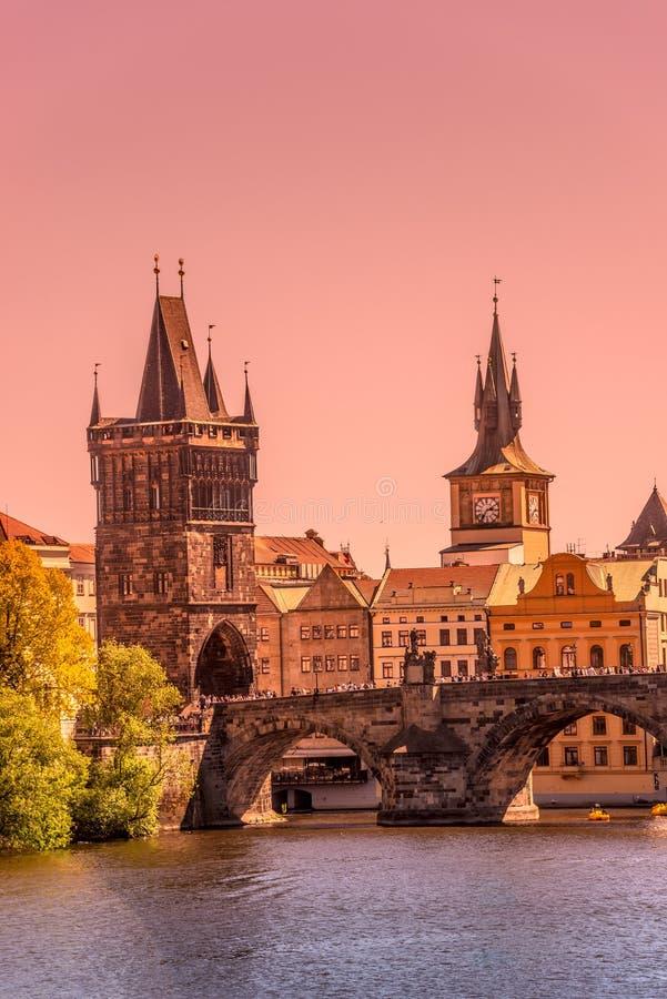 Coucher du soleil magnifique au-dessus de la vieille ville Charles Bridge Tower Gateway à Prague, République Tchèque, heure d'été photo stock