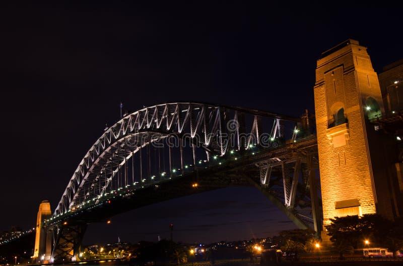 Coucher du soleil magnifique sur le pont en acier puissant de Sydney Harbor traversant l'océan photos stock